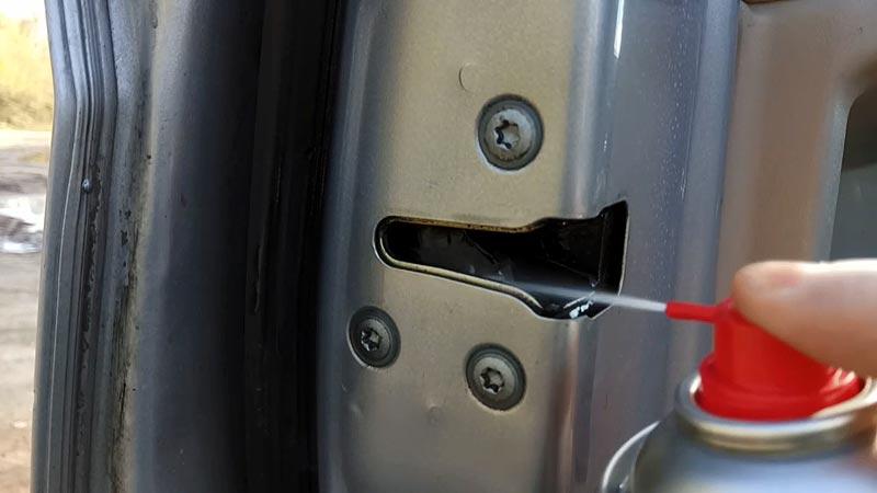 Смызывание петель двери авто