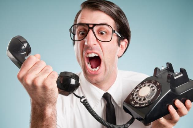 Мужчина с телефоном кричит