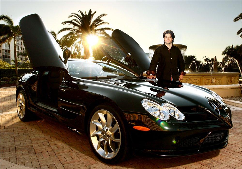 Красивый парень у шикарной машины