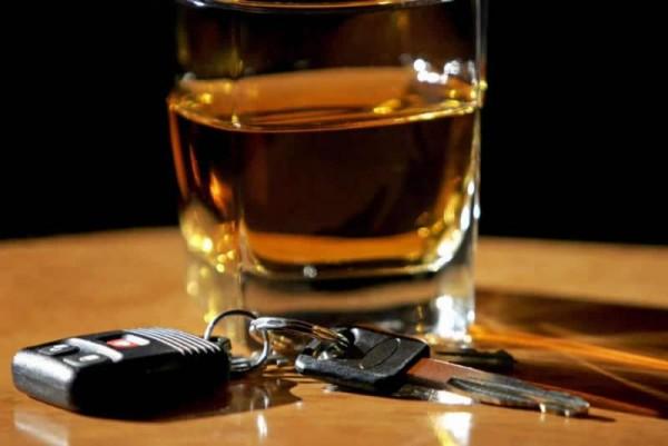 Бокал с напитком и ключи от авто