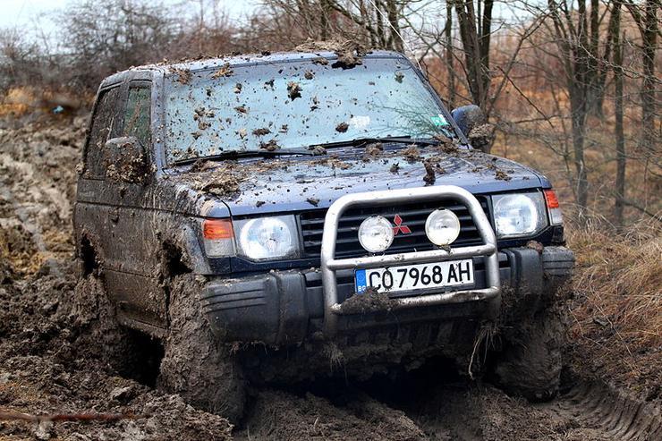 Машина в грязи на бездорожье