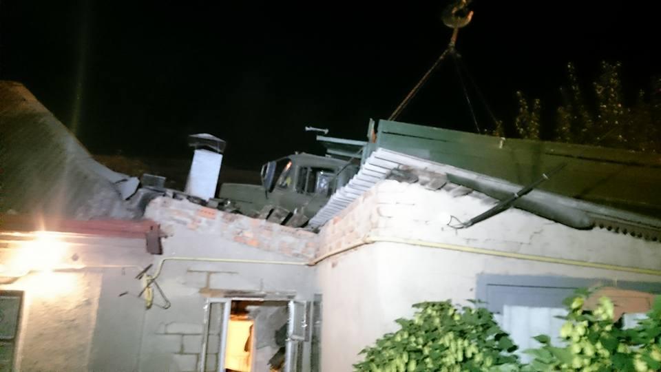 Грузовик упал на крышу дома в Харькове