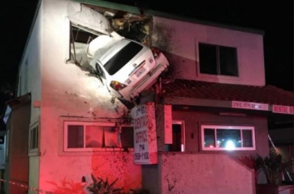 Авто влетело во второй этаж дома