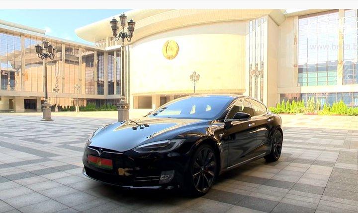 Черная Tesla Model S P100D