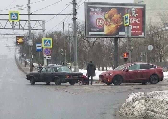 Волга буксирует Теслу