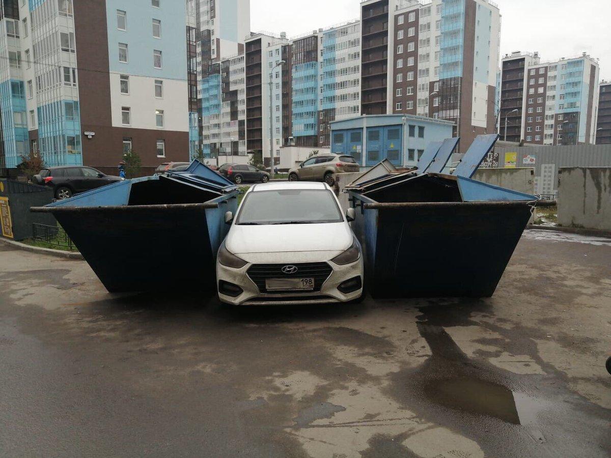 Авто заблокировали контейнерами для мусора