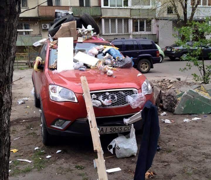 Машина завалена мусором