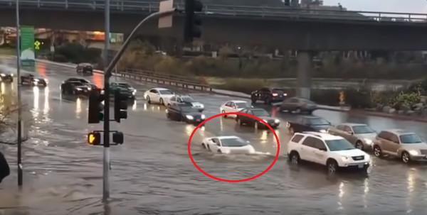 Суперкар накрыло водой на дороге