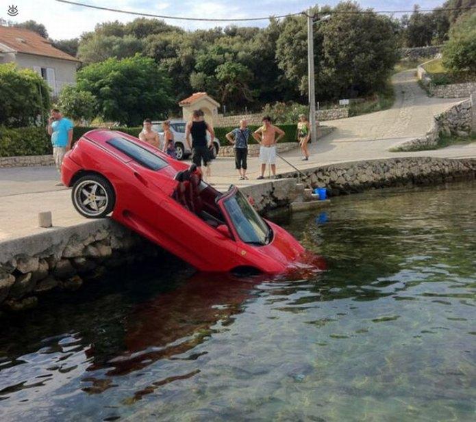 Ламборгини упал носом в бассейн
