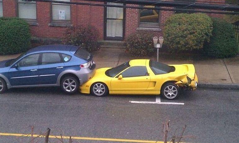 Желтый Лотус въехал в машину