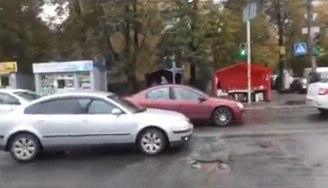 Машины и ямы на пешеходном переходе