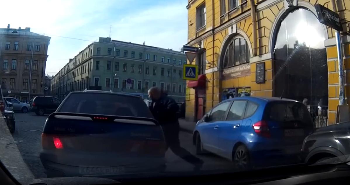 Пешеход нападает на авто
