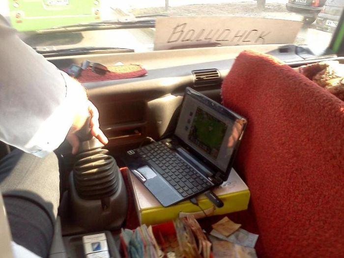 Ноутбук с игрой у водителя маршрутки