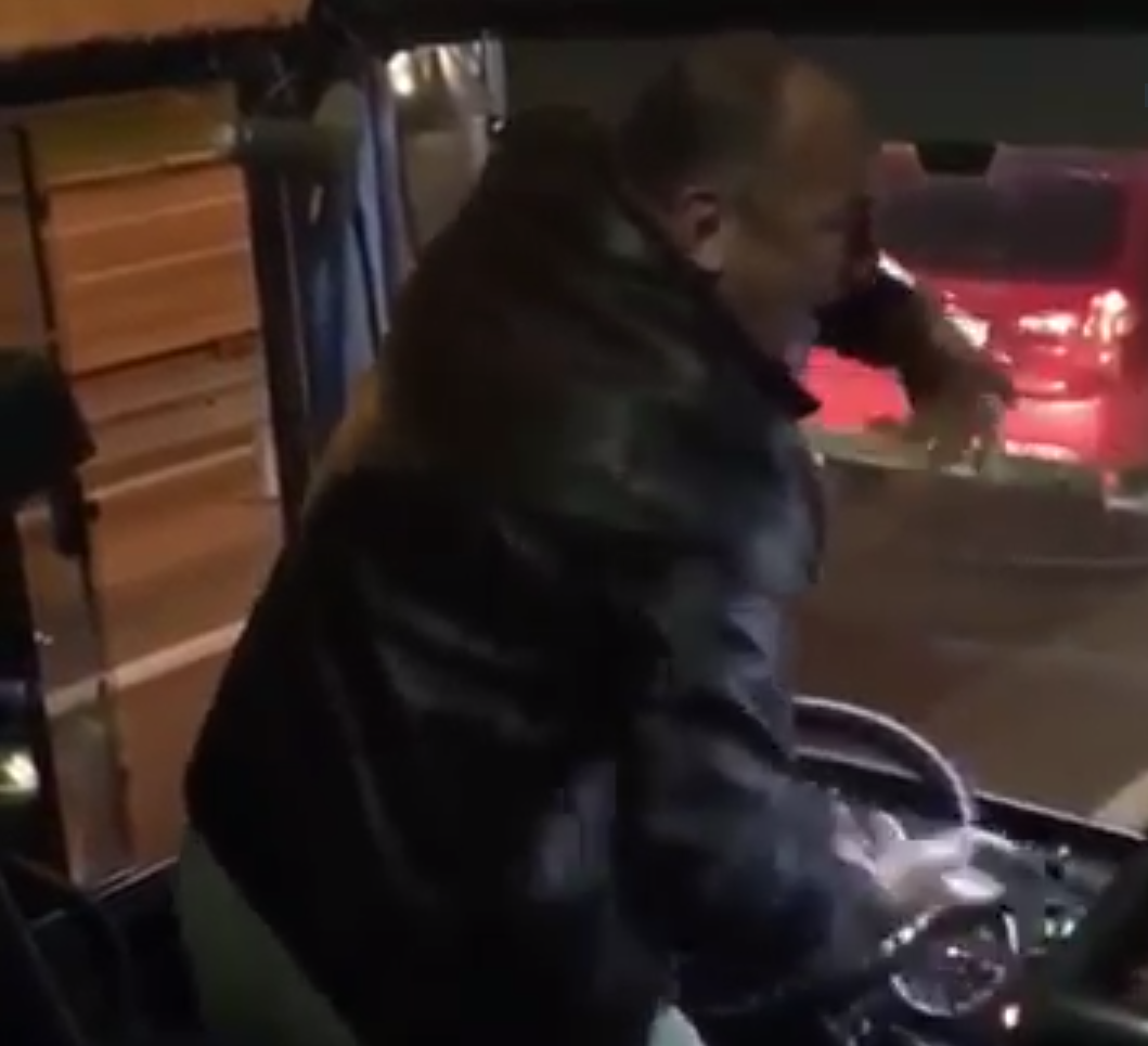 Водитель автобуса танцует за рулем