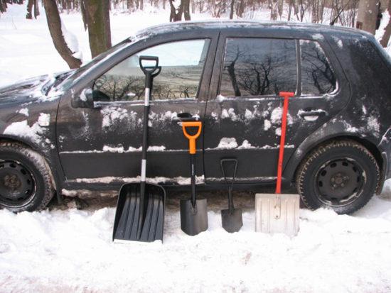 Лопаты возле авто в снегу