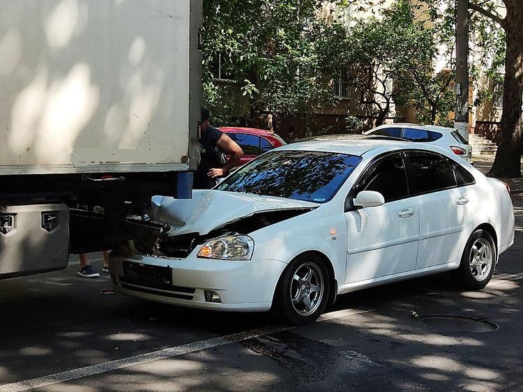 Автомобиль врезался в грузовик