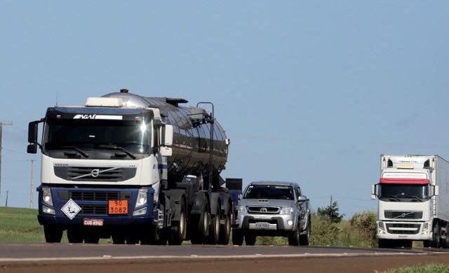 Легковое авто и грузовики на трассе