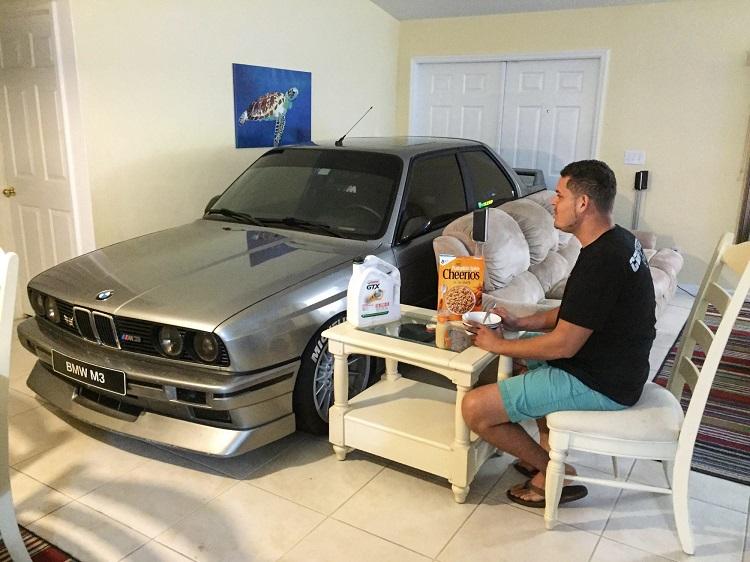Мужчина обедает с автомобилем