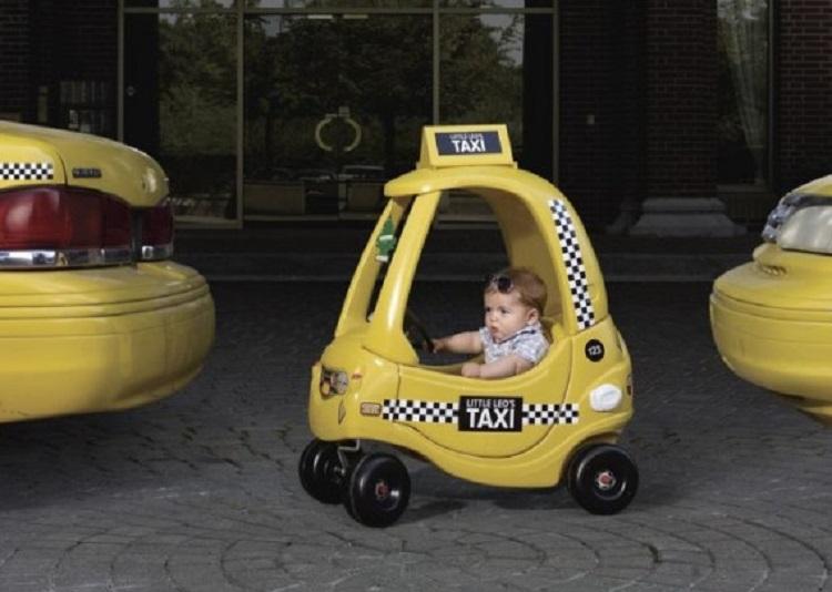 Ребенок в детской машинке-такси