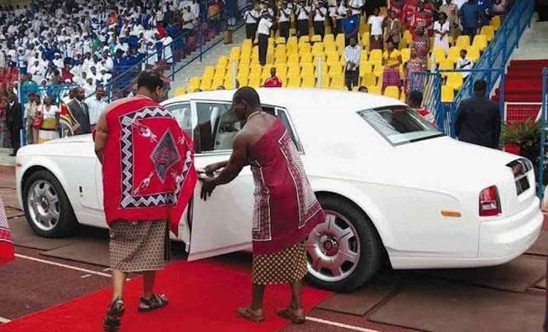 Король Африки садится в авто