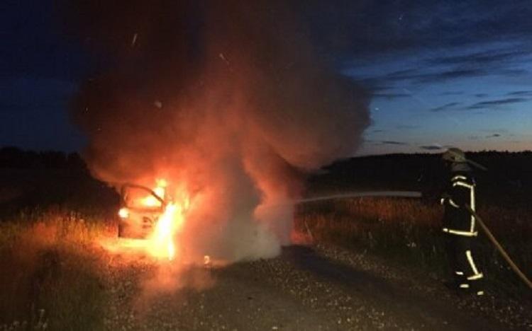 На дороге горит автомобиль