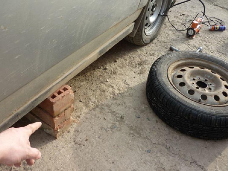 Кирпич вместо домкрата под авто