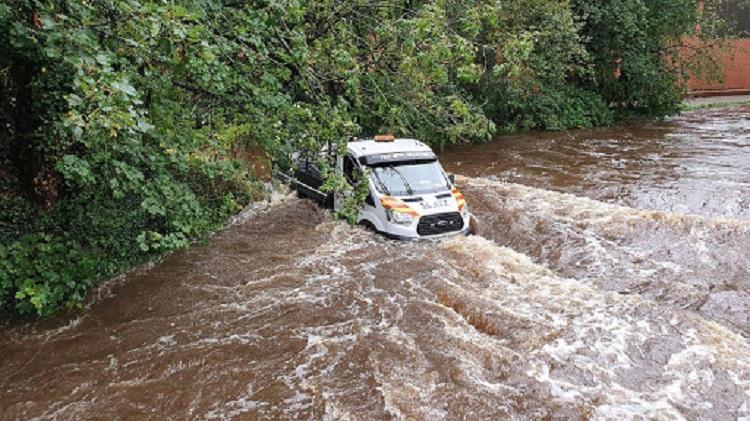 Автомобиль в потоках реки