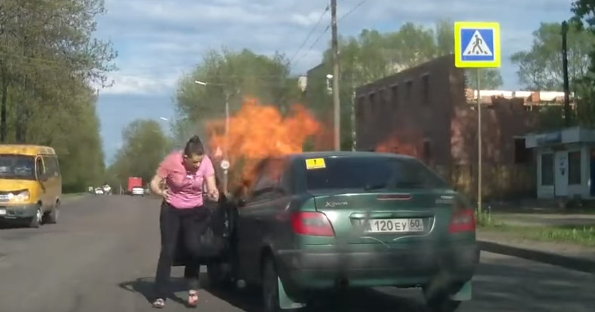 Автомобиль горит спереди