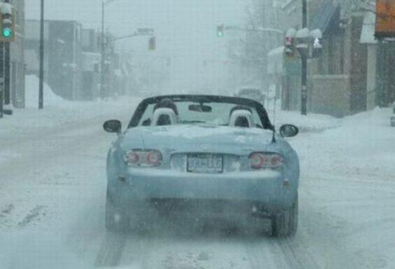 Открытый кабриолет под снегом
