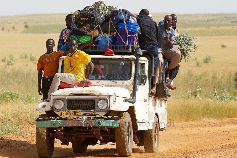 Африканское авто с кучей людей