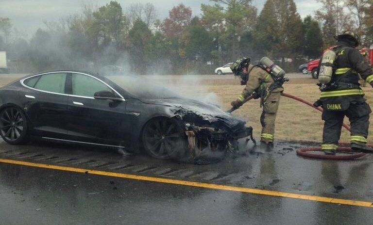 Пожарные тушат горящее авто