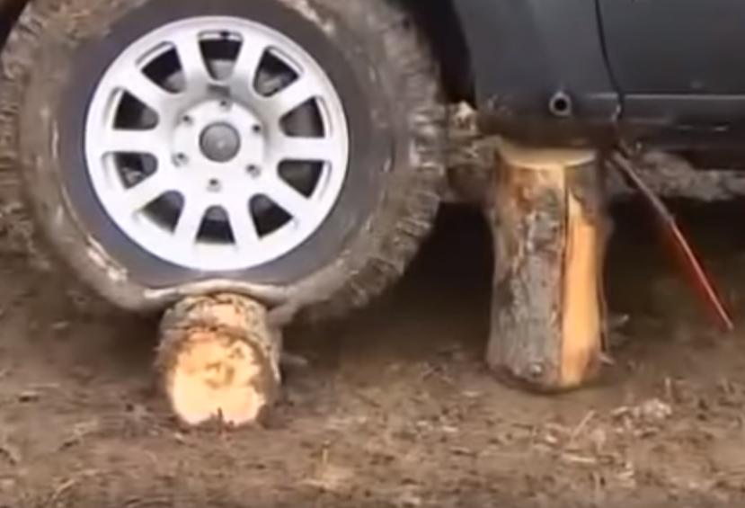 Бревна под колесом и порогом авто