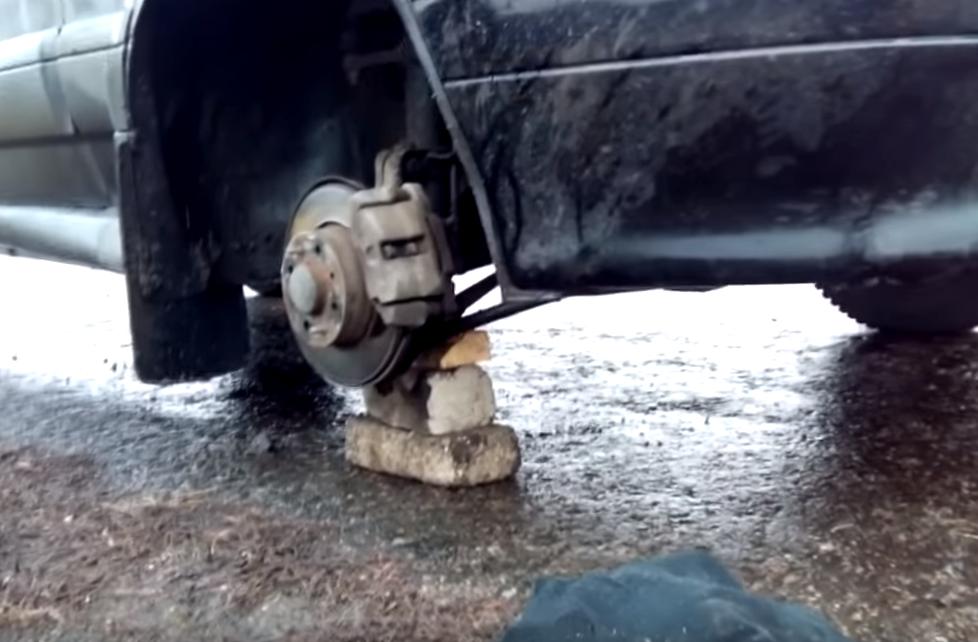 Кирпичи под снятым колесом