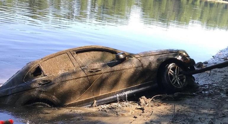 Утопленный автомобиль на берегу