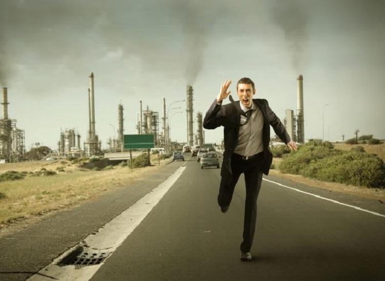 Человек бежит по трассе за автомобилем
