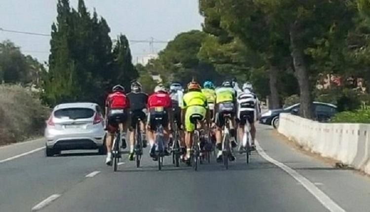 Велосипедисты на трассе