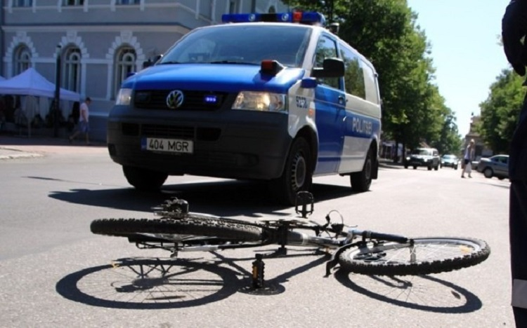 Велосипед перед автомобилем