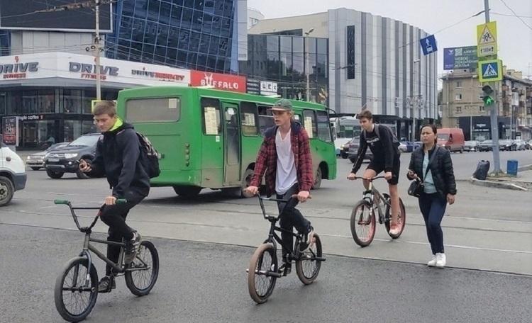 Подростки на велосипедах на дороге