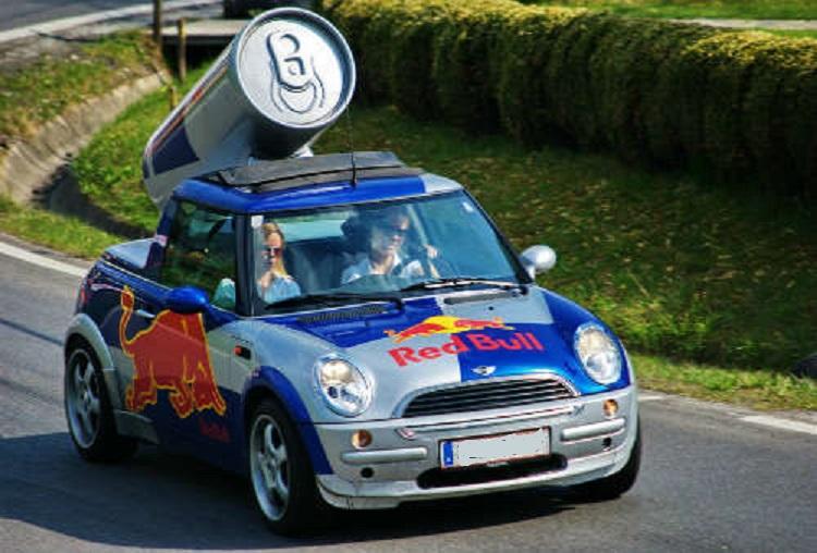 Машина с рекламой и банка на крыше