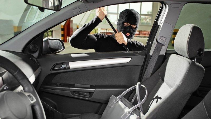 Взломщик автомобиля в маске