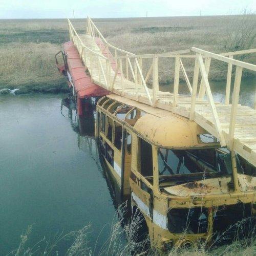 Автобусы держат мост