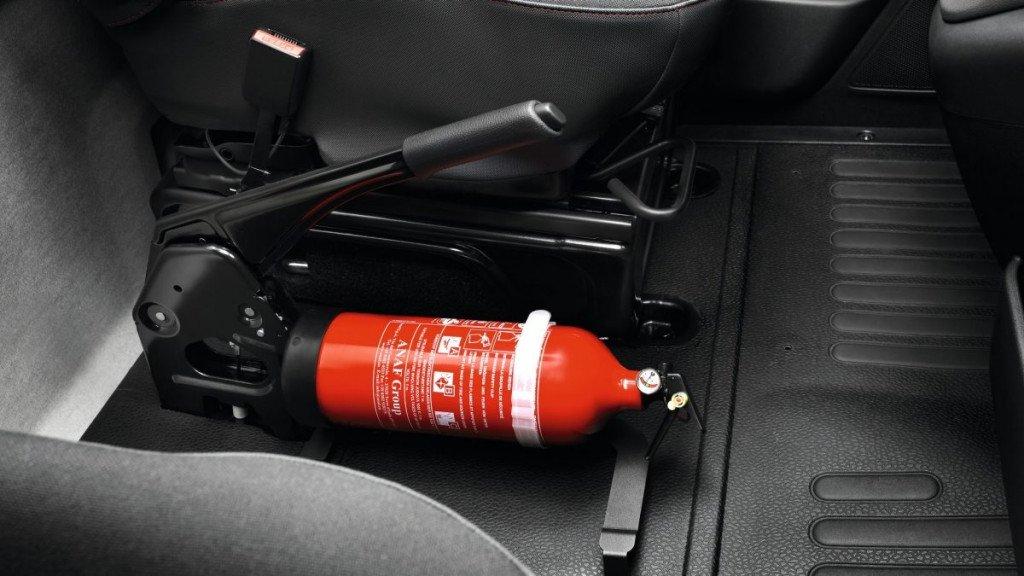 Огнетушитель закреплен на полу авто