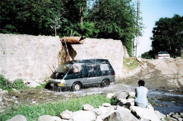 Мытье машины под трубой