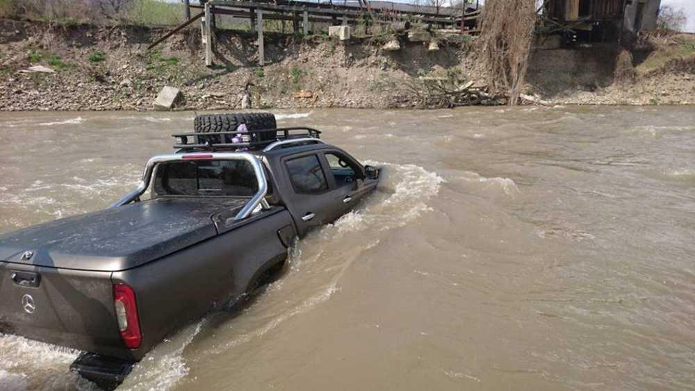 Мерседес утонул в реке