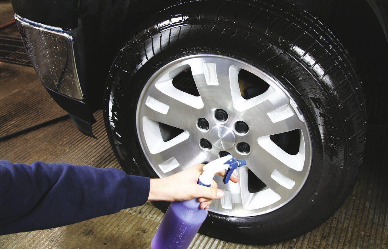 Мытье шины автомобиля