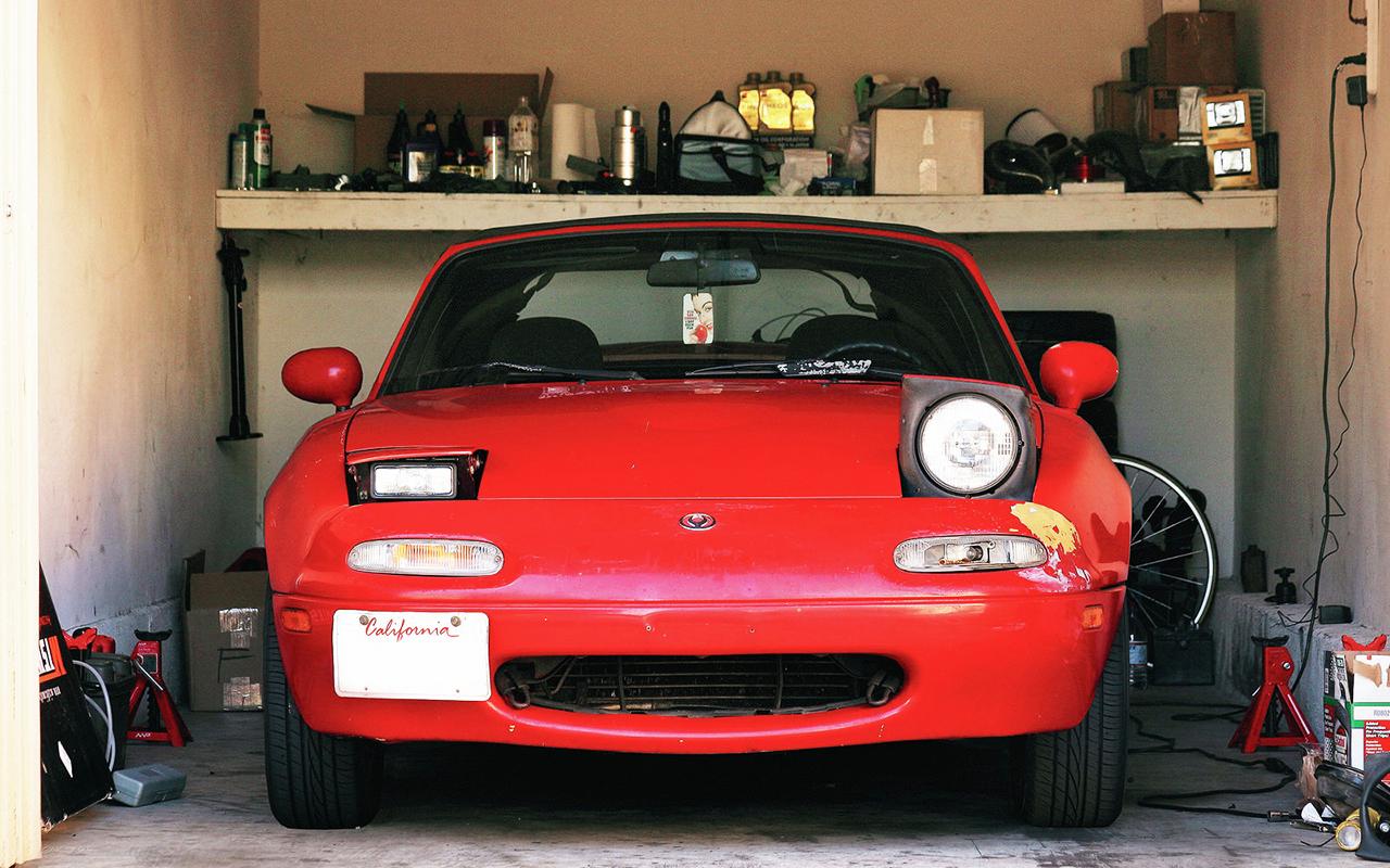 Автомобиль с разными фарами
