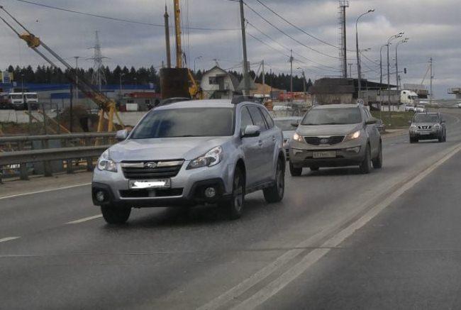 Автомобили едут по трассе