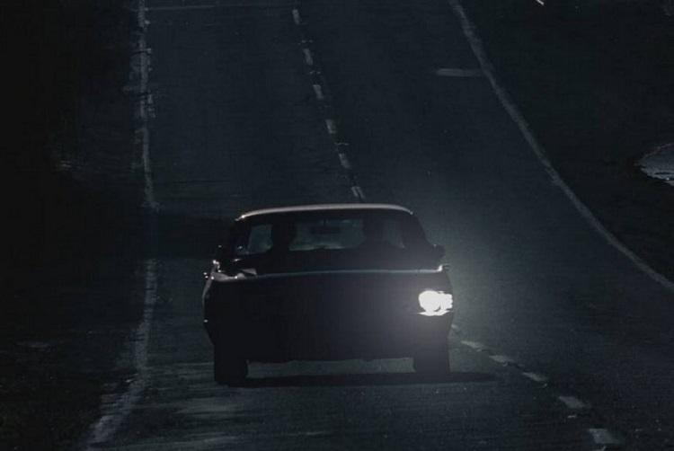 Машина с одной фарой ночью
