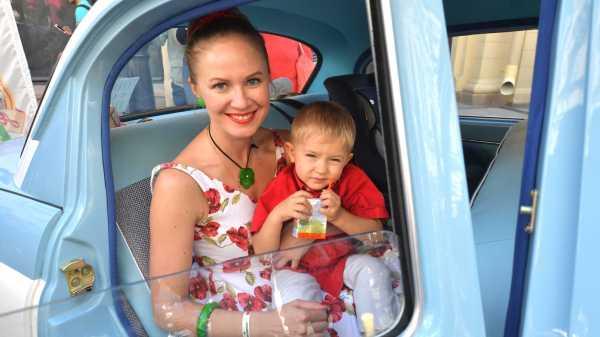 Девушка в машине с ребенком на руках