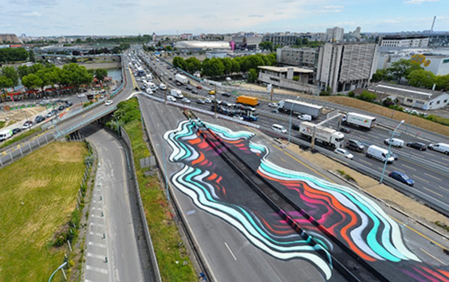 Рисунок на асфальте городской трассы